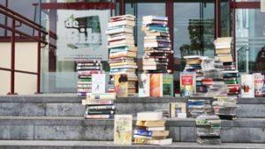 stapel boeken op trap bib