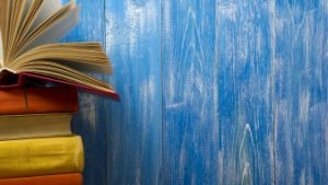 boeken naast blauwe muur