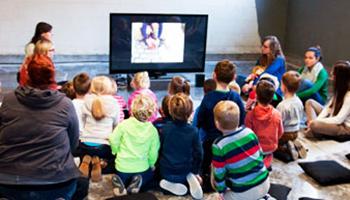 groep kinderen kijkt tv