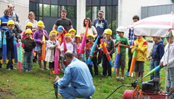 kinderen met zelfgemaakte raketten