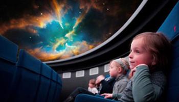 kinderen in planetarium
