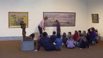 Kinderen kijken naar schilderij