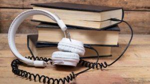 boekenstapel met koptelefoon