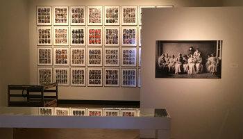 toonzaal met foto's aan de muur