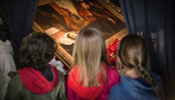 kinderen kijken naar schilderij Kasteel van Gaasbeek