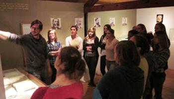 rondleiding groep in museum