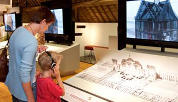 kind met koptelefoon in museum