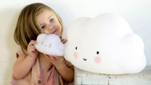 kind met speelgoedwolk