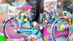 fiets en speelgoed in etalage