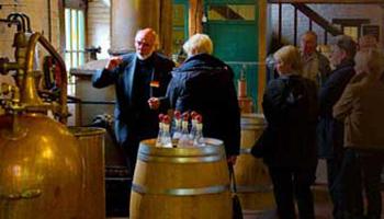 Mensen tijdens rondleiding in jenevermuseum