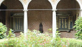 Standbeeld in binnentuin