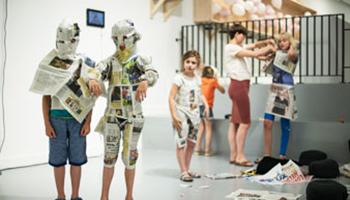 kinderen volgen workshop kranten