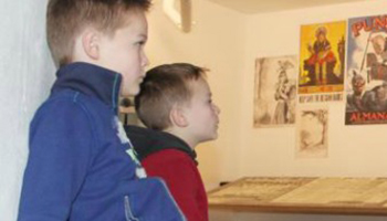 2 kinderen die naar museumstuk kijken