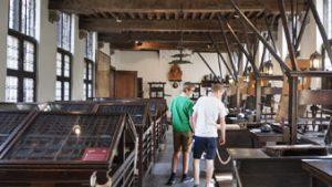 mensen bezoeken ruimte oude drukpersen