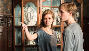 jongen en meisje bezoeken museum