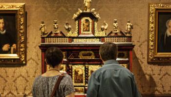 koppel kijkt naar religieus meubilair
