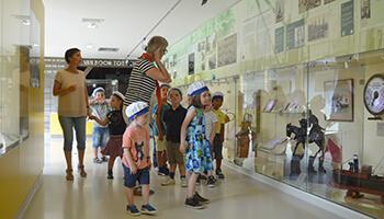 bezoekers aan NAVIGO , het Nationaal Visserijmuseum