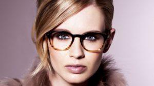 model met bril