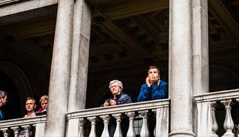 twee mensen op balkon