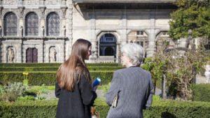twee mensen bekijken tuin