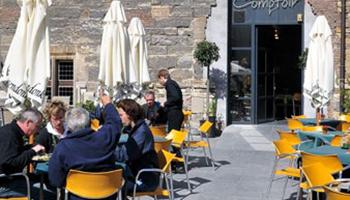 terras van café bij abdij