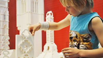 kind maakt torens