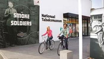 fietsers bij ingang tabaksmuseum
