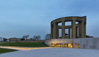 avondfoto Westfront ingang museum