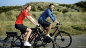 fietsende man en vrouw op ebike Batavus