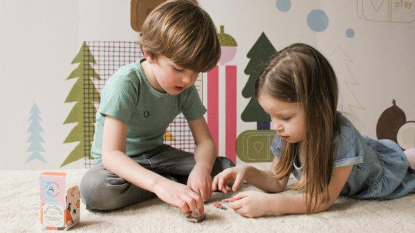 2 kinderen spelen een spel