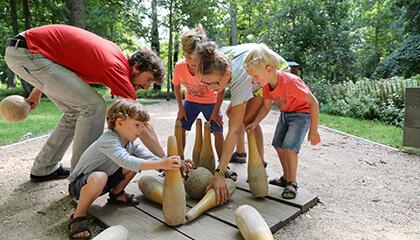 Klas speel kegelspel in 'Abdijmuseum Ten Duinen'
