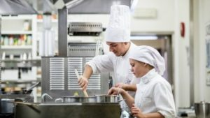 Leerlingen hotelschool roeren in potten