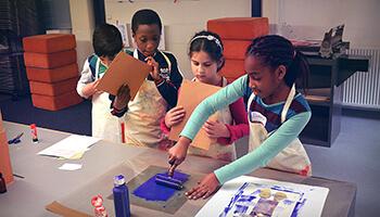 kinderen aan het knutselen in Nationaal Museum van de Speelkaart