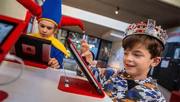 kinderen in het nationaal museum van de speelkaart