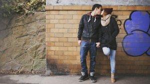 twee tieners kussen