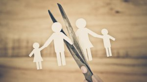 Papierfiguurtjes van een gezin worden verknipt