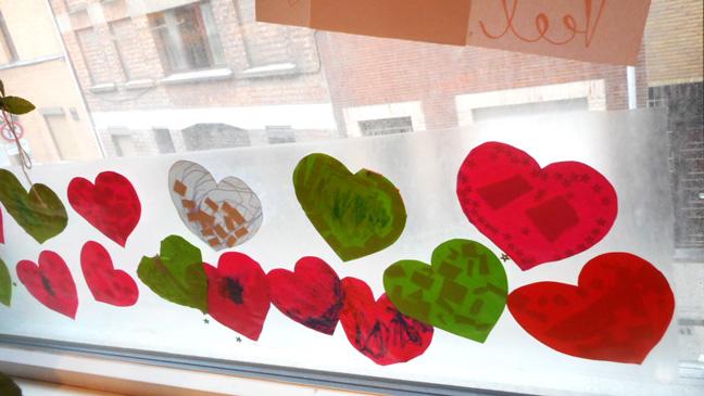 Klasraam vol met hartjes na de aanslagen in Brussel