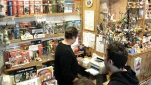 Man achter de kassa in de stripwinkel