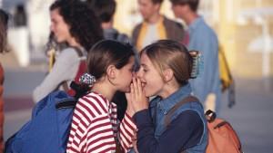 Twee meisjes praten op een speelplaats