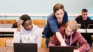 Leraar Tamara helpt haar leerlingen met Google Classroom