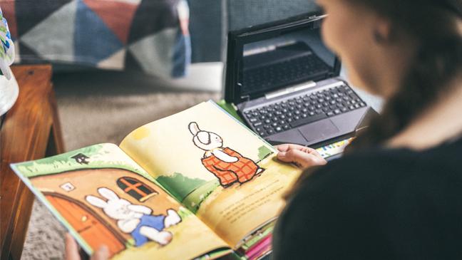 Juf Sarah met kinderboek