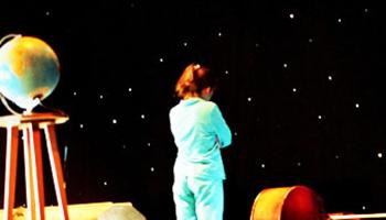 actrice met theater wereldbol