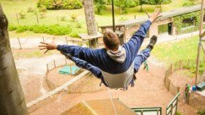 Man hangt in touwenparcours
