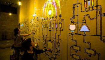 kinderen testen elektrische schakelaars op de muur