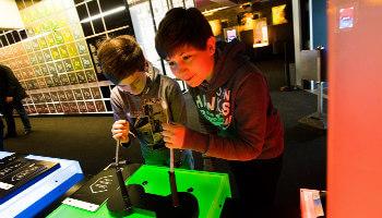 2 jongens spelen met joystick