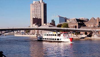 toeristische boot op water