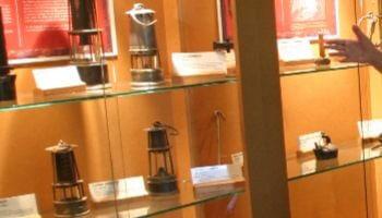 vitrine met voorwerpen over steenkoolontginning