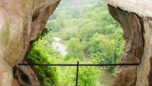 uitzicht vanuit rots op rivier