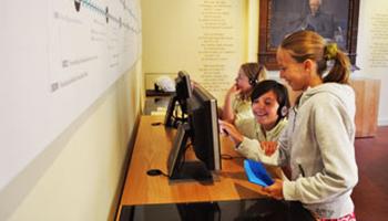 kinderen zoeken informatie op in museum