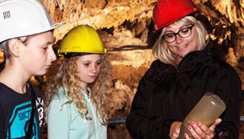 kinderen met gids in grot